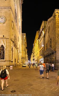 Side street off the Plazza della Signoria at night