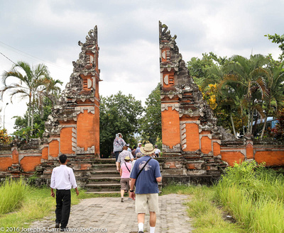 Gate to the temple grounds