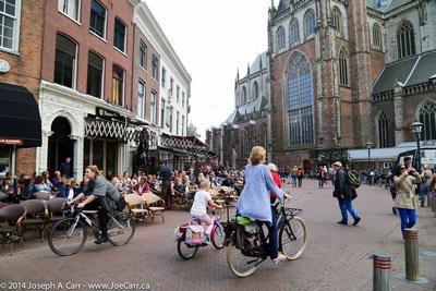 Bicycles, pedestrians & cafes behind Grote Kerk