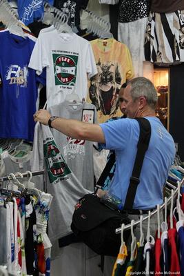 Joe buying a Fiji Bitter t-shirt